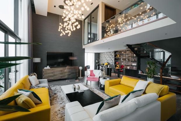 Căn duplex của chủ nhà chơi hệ đa màu sắc: Không gian rực rỡ như gallery, ngó góc làm việc là thấy độ chịu chơi - Ảnh 1.