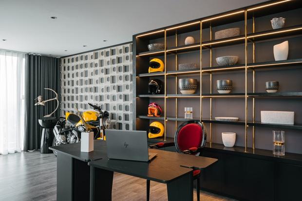 Căn duplex của chủ nhà chơi hệ đa màu sắc: Không gian rực rỡ như gallery, ngó góc làm việc là thấy độ chịu chơi - Ảnh 6.