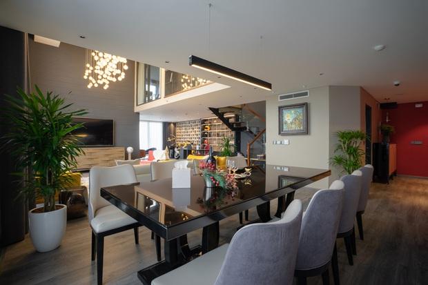 Căn duplex của chủ nhà chơi hệ đa màu sắc: Không gian rực rỡ như gallery, ngó góc làm việc là thấy độ chịu chơi - Ảnh 4.