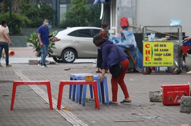Hà Nội: Người dân tất bật đóng cửa, dọn dẹp hàng trà đá, quán ăn ven đường để phòng chống dịch Covid-19 - Ảnh 1.