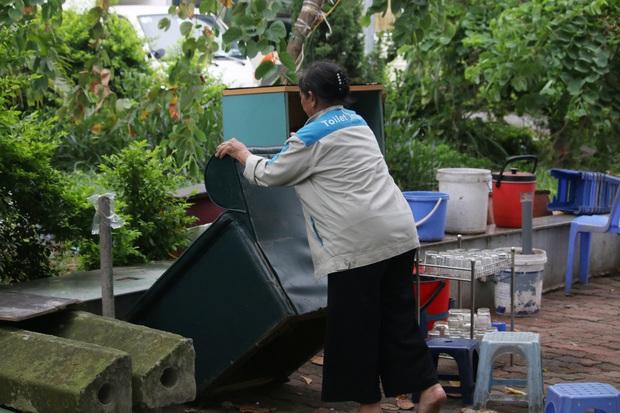 Hà Nội: Người dân tất bật đóng cửa, dọn dẹp hàng trà đá, quán ăn ven đường để phòng chống dịch Covid-19 - Ảnh 8.