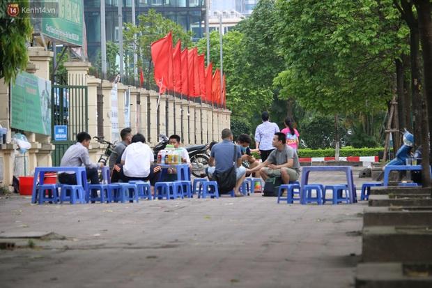 Hà Nội: Người dân tất bật đóng cửa, dọn dẹp hàng trà đá, quán ăn ven đường để phòng chống dịch Covid-19 - Ảnh 16.