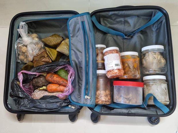 Nghe tin TP.HCM giãn cách, cha mẹ liền gửi vali đầy ắp thức ăn lên cho con trai, đọc dòng tâm sự mà rưng rưng nước mắt - Ảnh 1.