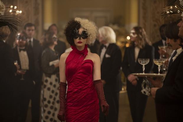 Cruella: Ác nữ trộm chó khơi mào cuộc chiến thời trang choáng ngợp, gây sốc dù phi lý - Ảnh 13.