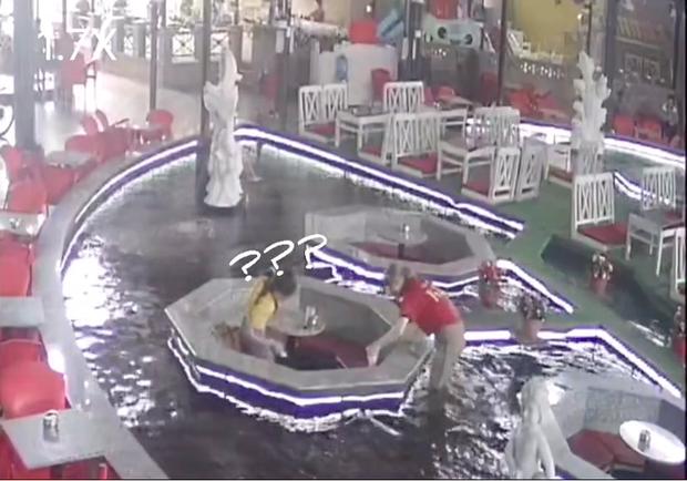 Nhân viên quán cà phê cá Koi đang bê nước cho khách thì bỗng… lọt xuống hồ, phản ứng sau đó mới khiến dân mạng bất ngờ hơn - Ảnh 4.