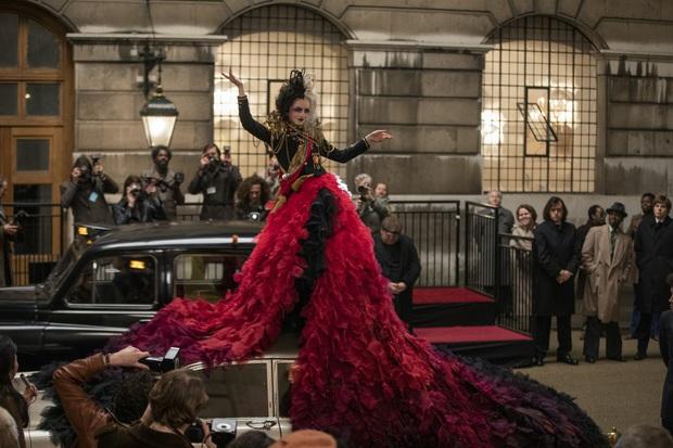 Cruella: Ác nữ trộm chó khơi mào cuộc chiến thời trang choáng ngợp, gây sốc dù phi lý - Ảnh 10.