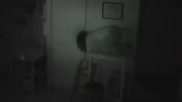 Lắp đặt camera vì thường xuyên bị mất đồ, chủ nhà kinh hoàng phát hiện bóng người bí ẩn bò ra từ tủ nhà mình - Ảnh 3.