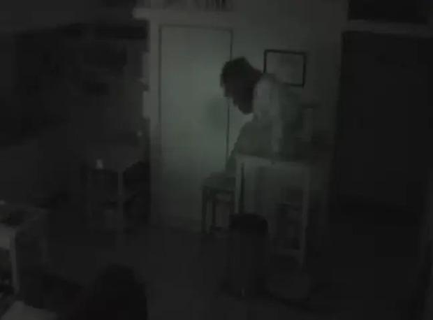 Lắp đặt camera vì thường xuyên bị mất đồ, chủ nhà kinh hoàng phát hiện bóng người bí ẩn bò ra từ tủ nhà mình - Ảnh 4.