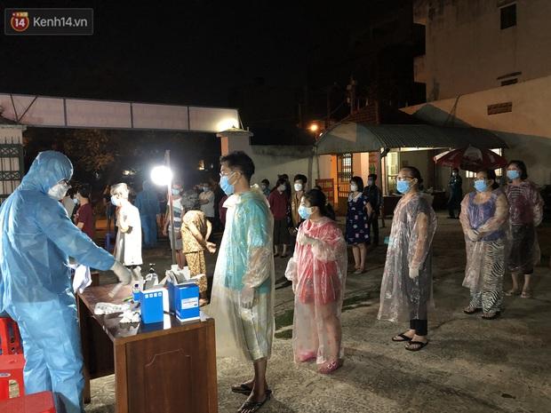 Ảnh: Lực lượng y tế trắng đêm lấy 24.000 mẫu xét nghiệm cho toàn bộ người dân tại phường 9, quận Gò Vấp - Ảnh 3.