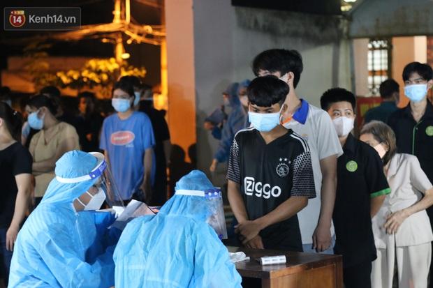 Ảnh: Lực lượng y tế trắng đêm lấy 24.000 mẫu xét nghiệm cho toàn bộ người dân tại phường 9, quận Gò Vấp - Ảnh 1.