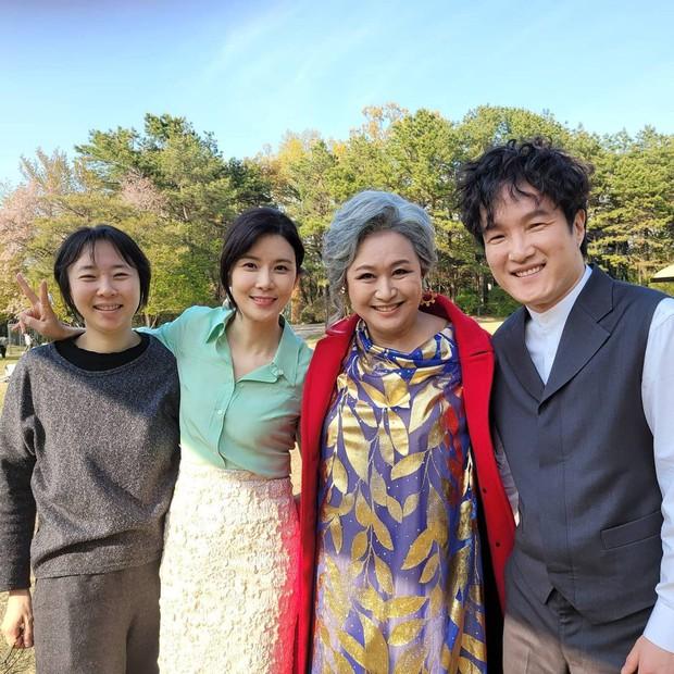 Loạt hình ảnh không lên sóng ở Mine: Lee Bo Young tình thân mến thương với mẹ chồng, hội giúp việc chiếm sóng mọi nơi - Ảnh 1.