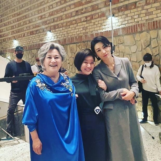Loạt hình ảnh không lên sóng ở Mine: Lee Bo Young tình thân mến thương với mẹ chồng, hội giúp việc chiếm sóng mọi nơi - Ảnh 2.