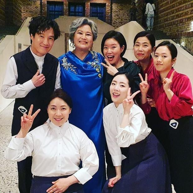 Loạt hình ảnh không lên sóng ở Mine: Lee Bo Young tình thân mến thương với mẹ chồng, hội giúp việc chiếm sóng mọi nơi - Ảnh 4.