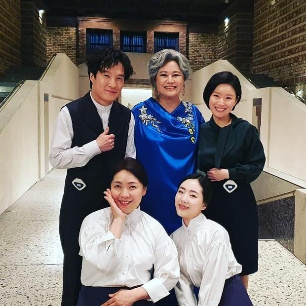 Loạt hình ảnh không lên sóng ở Mine: Lee Bo Young tình thân mến thương với mẹ chồng, hội giúp việc chiếm sóng mọi nơi - Ảnh 5.