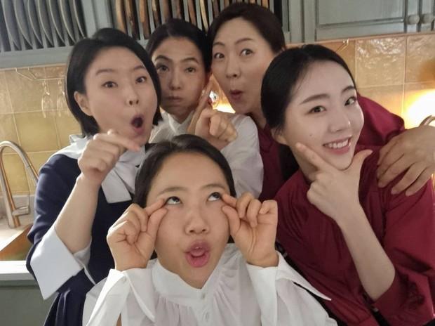Loạt hình ảnh không lên sóng ở Mine: Lee Bo Young tình thân mến thương với mẹ chồng, hội giúp việc chiếm sóng mọi nơi - Ảnh 6.