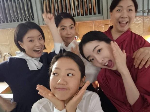 Loạt hình ảnh không lên sóng ở Mine: Lee Bo Young tình thân mến thương với mẹ chồng, hội giúp việc chiếm sóng mọi nơi - Ảnh 7.