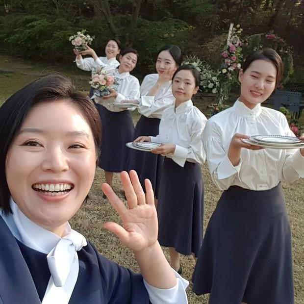 Loạt hình ảnh không lên sóng ở Mine: Lee Bo Young tình thân mến thương với mẹ chồng, hội giúp việc chiếm sóng mọi nơi - Ảnh 8.