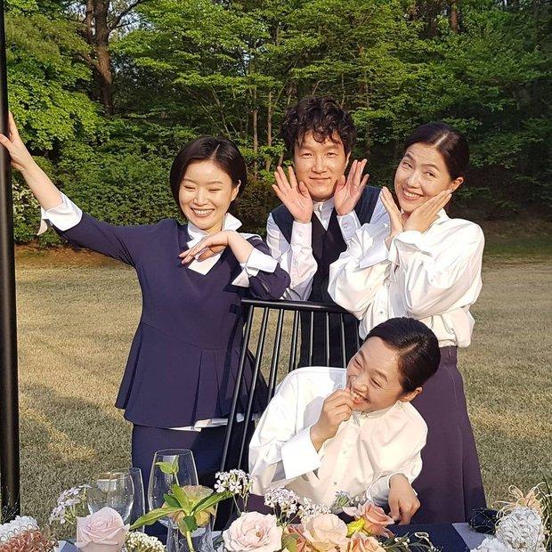 Loạt hình ảnh không lên sóng ở Mine: Lee Bo Young tình thân mến thương với mẹ chồng, hội giúp việc chiếm sóng mọi nơi - Ảnh 9.