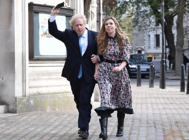 Thủ tướng Anh bí mật kết hôn nhưng con trai ông mới là tâm điểm chú ý với mái tóc nổi bật năm nào giờ đã lợi hại hơn xưa - Ảnh 1.
