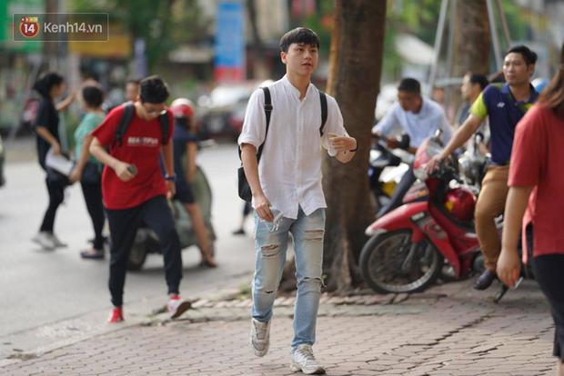Hà Nội: Học sinh cuối cấp không ra khỏi thành phố - Ảnh 1.
