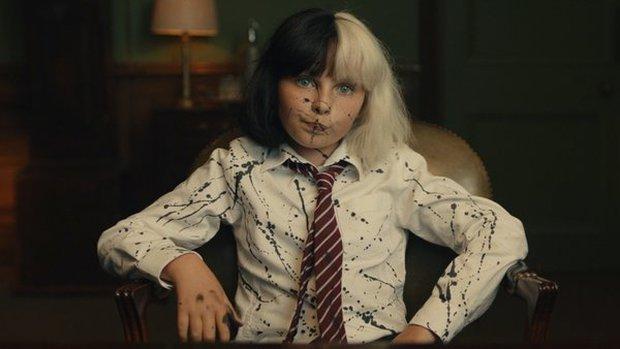 Cruella: Ác nữ trộm chó khơi mào cuộc chiến thời trang choáng ngợp, gây sốc dù phi lý - Ảnh 3.