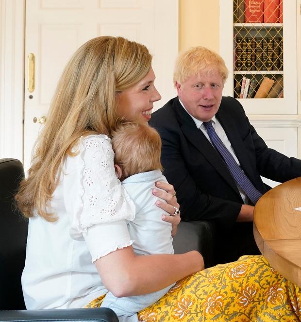 Thủ tướng Anh bí mật kết hôn nhưng con trai ông mới là tâm điểm chú ý với mái tóc nổi bật năm nào giờ đã lợi hại hơn xưa - Ảnh 3.