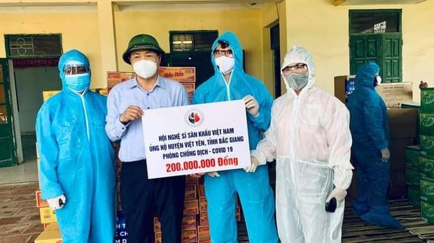 NS Xuân Bắc, Tự Long đã có mặt ở tâm dịch Bắc Ninh - Bắc Giang, đại diện các đơn vị trao 870 triệu đồng cho các tỉnh chống dịch - Ảnh 5.