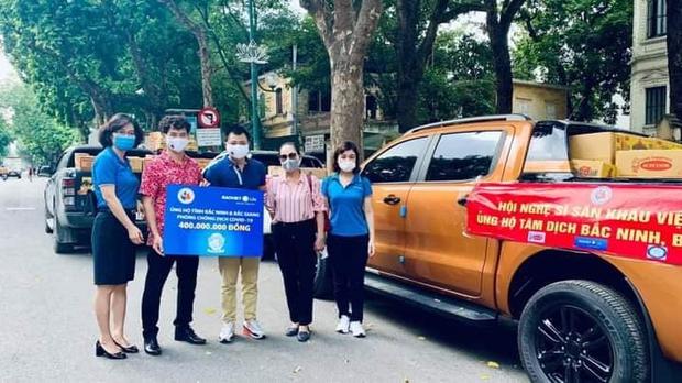 NS Xuân Bắc, Tự Long đã có mặt ở tâm dịch Bắc Ninh - Bắc Giang, đại diện các đơn vị trao 870 triệu đồng cho các tỉnh chống dịch - Ảnh 4.