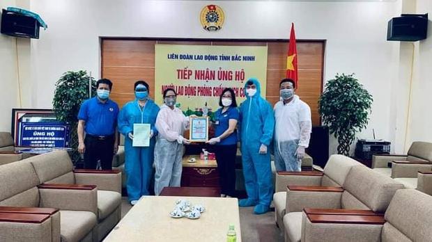 NS Xuân Bắc, Tự Long đã có mặt ở tâm dịch Bắc Ninh - Bắc Giang, đại diện các đơn vị trao 870 triệu đồng cho các tỉnh chống dịch - Ảnh 9.
