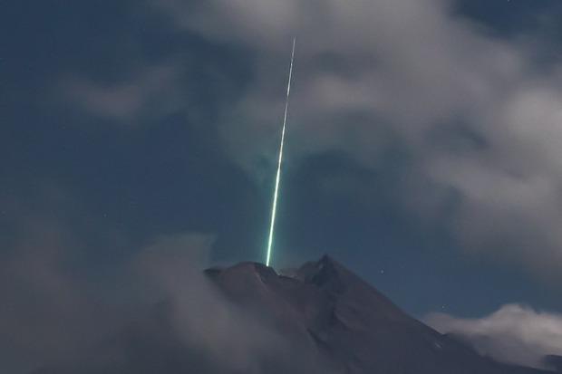 Clip như phim viễn tưởng: Sao băng từ trên trời rơi xuống đâm trúng miệng núi lửa tại Indonesia - Ảnh 2.