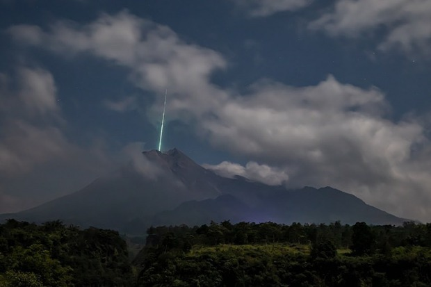 Clip như phim viễn tưởng: Sao băng từ trên trời rơi xuống đâm trúng miệng núi lửa tại Indonesia - Ảnh 4.