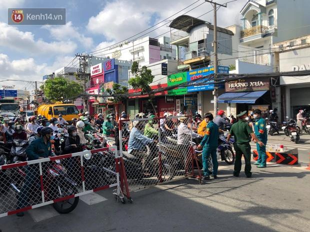 TP.HCM: Ùn tắc tại các chốt chặn ở Gò Vấp sáng 31/5 do người dân loay hoay không biết nên vào hay ra - Ảnh 2.