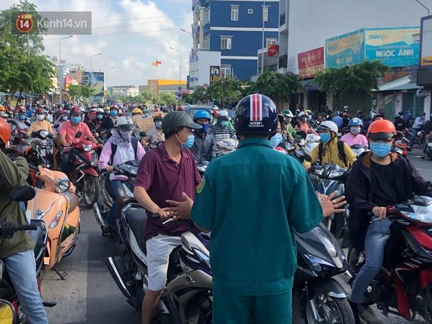 TP.HCM: Ùn tắc tại các chốt chặn ở Gò Vấp sáng 31/5 do người dân loay hoay không biết nên vào hay ra - Ảnh 1.