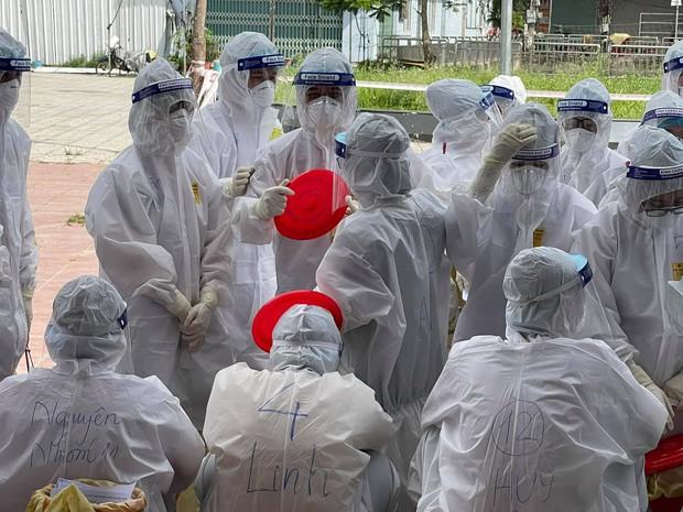 Nếu bạn đang thấy nóng phát điên, hãy nhìn hình ảnh những chiến sĩ áo trắng nơi tâm dịch đang trùm đồ bảo hộ kín mít này! - Ảnh 8.