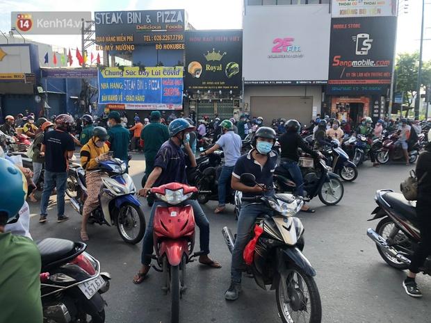 TP.HCM: Ùn tắc tại các chốt chặn ở Gò Vấp sáng 31/5 do người dân loay hoay không biết nên vào hay ra - Ảnh 4.