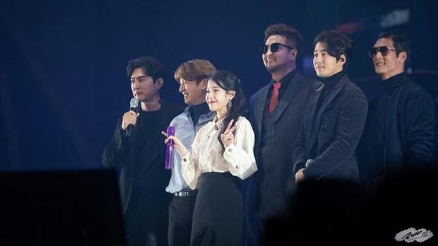 Dàn khách mời đỉnh cao trong concert của IU: Bắt gặp Song Hye Kyo - Song Joong Ki đi hẹn hò, hơn nửa showbiz đều góp mặt - Ảnh 26.