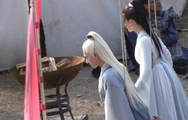 Dương Dương lộ tạo hình tóc trắng cực đỉnh, nhảy loi nhoi cùng Triệu Lộ Tư ở hậu trường Thả Thí Thiên Hạ - Ảnh 1.