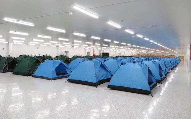 Những hình ảnh lắp lều ở Bắc Ninh để công nhân làm, nghỉ, ăn, ngủ tại công ty - Ảnh 2.
