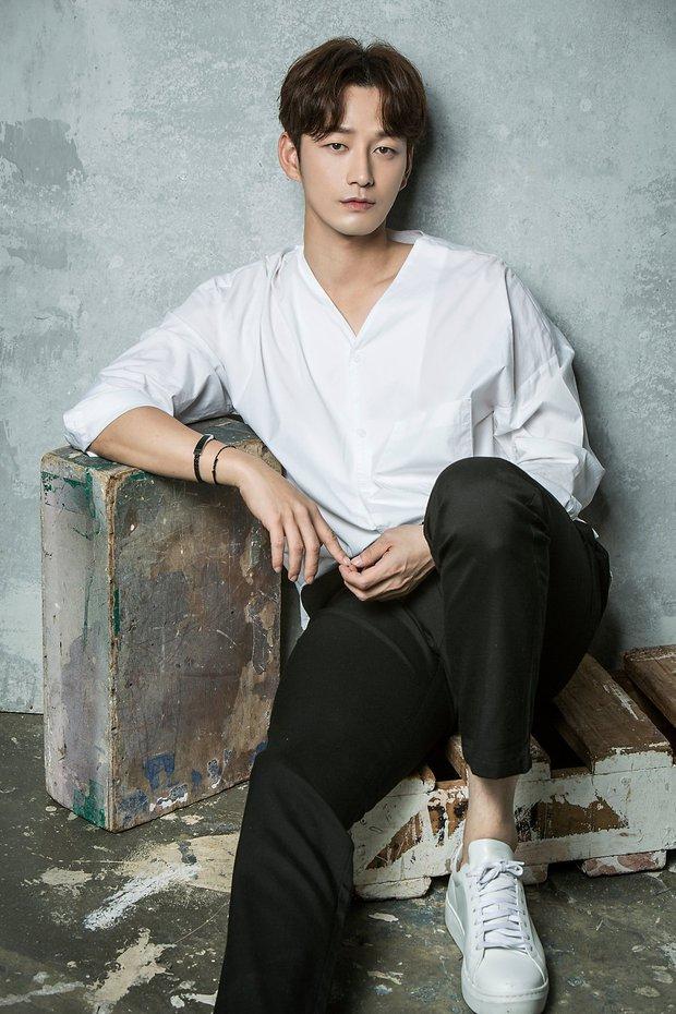 Gã chồng bệnh hoạn ở Mine - Lee Hyun Wook: Từ chàng trai trốn bố mẹ đi học diễn xuất đến ác nam bị ghét nhất nhì phim Hàn - Ảnh 1.