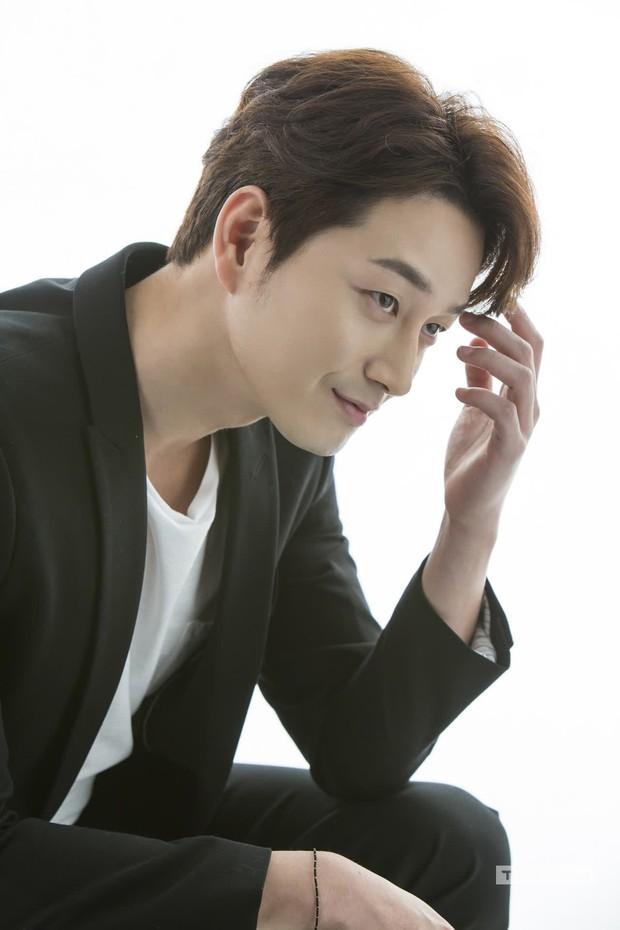 Gã chồng bệnh hoạn ở Mine - Lee Hyun Wook: Từ chàng trai trốn bố mẹ đi học diễn xuất đến ác nam bị ghét nhất nhì phim Hàn - Ảnh 2.