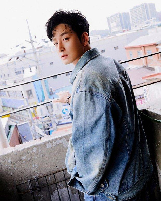 Gã chồng bệnh hoạn ở Mine - Lee Hyun Wook: Từ chàng trai trốn bố mẹ đi học diễn xuất đến ác nam bị ghét nhất nhì phim Hàn - Ảnh 4.