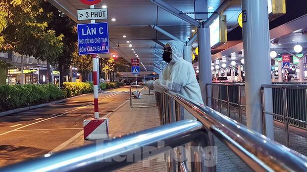 Sân bay Nội Bài, Tân Sơn Nhất vắng tanh sau khi TPHCM thực hiện giãn cách xã hội - Ảnh 1.