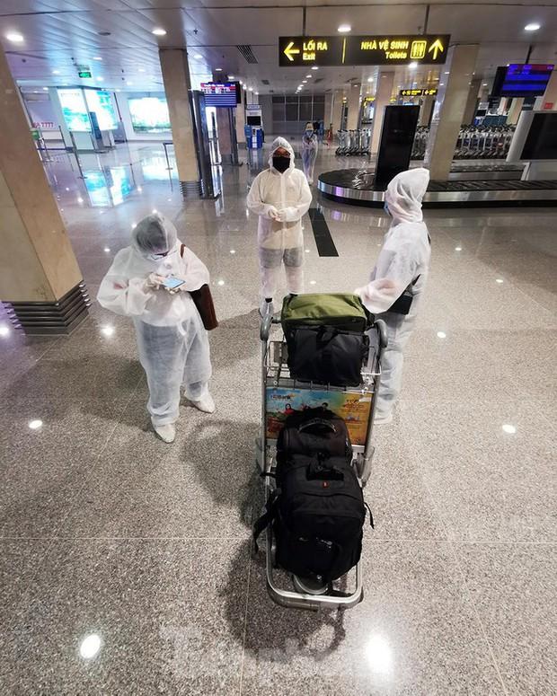 Sân bay Nội Bài, Tân Sơn Nhất vắng tanh sau khi TPHCM thực hiện giãn cách xã hội - Ảnh 2.