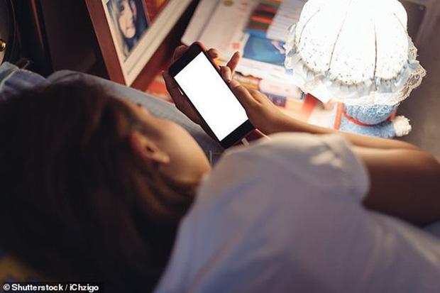 Thời điểm nguy hiểm nhất trong ngày bạn không nên dùng điện thoại vì có thể làm hỏng võng mạc, gây trầm cảm và ung thư - Ảnh 2.