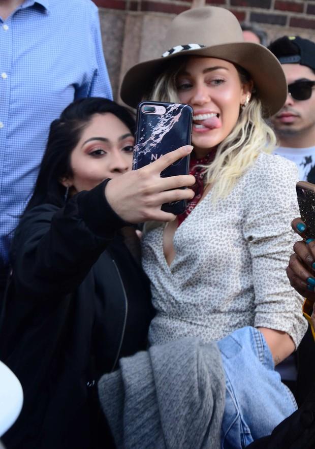 Thái độ chảnh chọe của sao đình đám với fan bóc trần tính cách thật: Chị em nhà Kylie khinh ra mặt, Justin - Miley đáng sợ? - Ảnh 8.