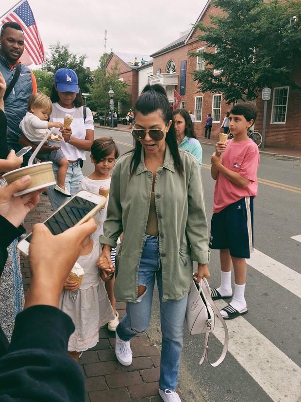 Thái độ chảnh chọe của sao đình đám với fan bóc trần tính cách thật: Chị em nhà Kylie khinh ra mặt, Justin - Miley đáng sợ? - Ảnh 9.