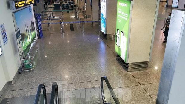 Sân bay Nội Bài, Tân Sơn Nhất vắng tanh sau khi TPHCM thực hiện giãn cách xã hội - Ảnh 3.