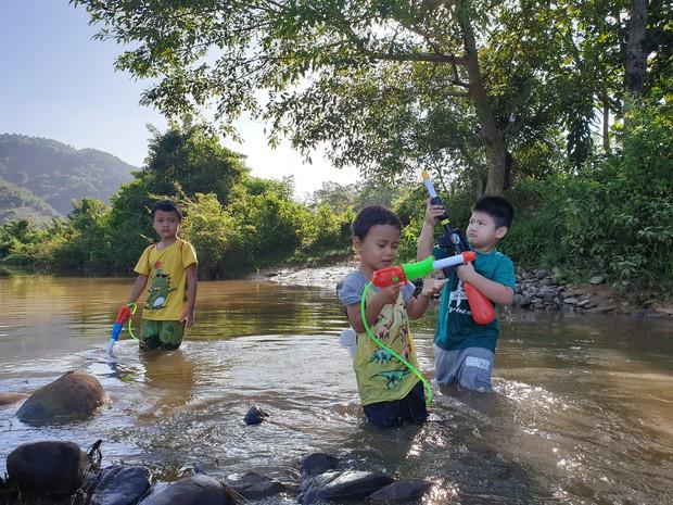 Bán hết tài sản, cặp vợ chồng Vũng Tàu đạp xe chở 2 con nhỏ đi phượt khắp Việt Nam - Ảnh 4.