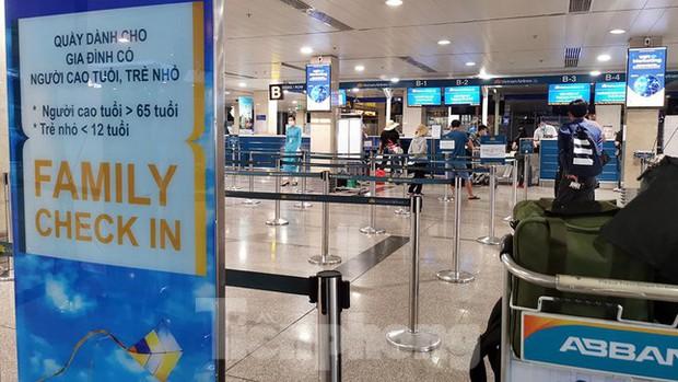 Sân bay Nội Bài, Tân Sơn Nhất vắng tanh sau khi TPHCM thực hiện giãn cách xã hội - Ảnh 4.
