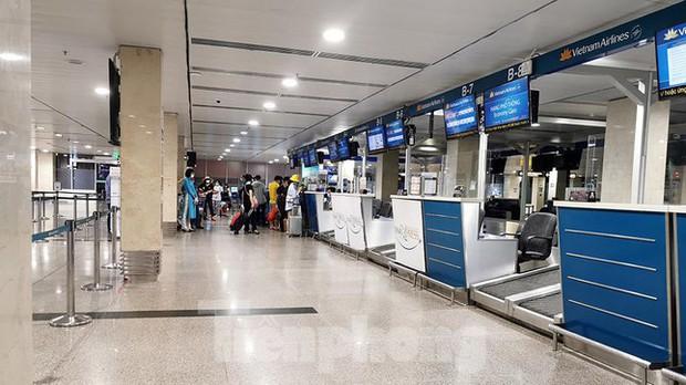 Sân bay Nội Bài, Tân Sơn Nhất vắng tanh sau khi TPHCM thực hiện giãn cách xã hội - Ảnh 5.